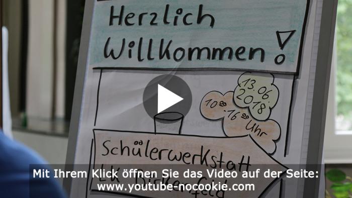"""Das Bild zeigt einen Flipchart, auf dem """"Herzlich Willkommen!"""" und """"Schülerwerkstatt LK Birkenfeld"""" steht."""