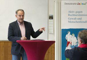 Kreisbeigeordnete Peter Simon beim Vortrag