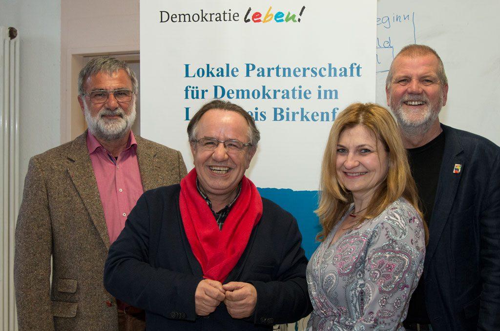 Gruppenbild mit Gerold Lofi, Stefan Worst, Marina Ljalko und Jochen Hartloff vor dem Banner des Programms Demokratie Leben