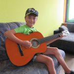 Junge mit Gitarre