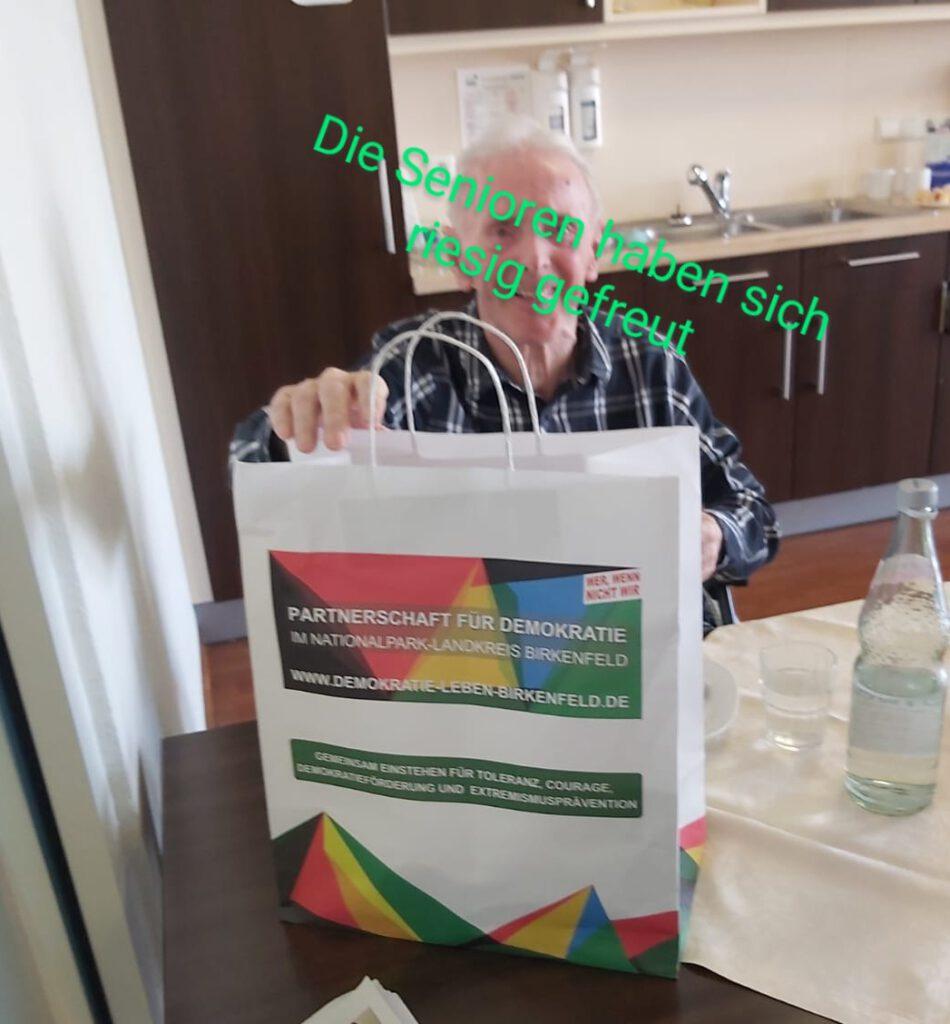 Ein Senior freut sich über die erhaltene Tüte