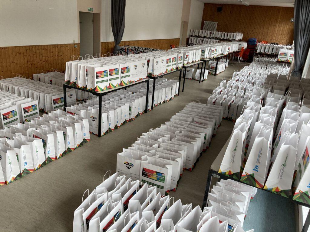 Hunderte Tüten in einem Raum, teils auf den Tischen, teils darunter
