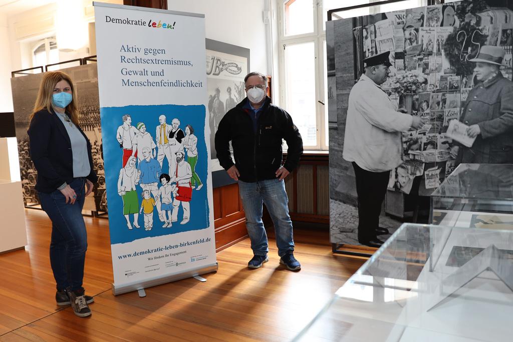 Marina Ljalko und Stefan Worst stehen mit Masken und Sicherheitsabstand in der Ausstellung