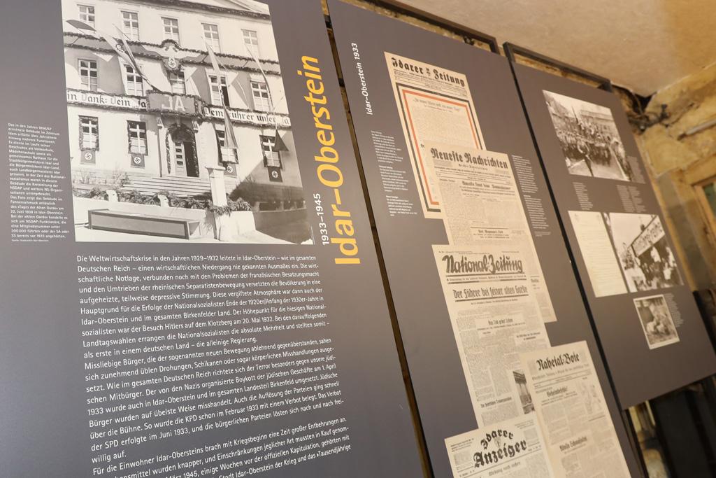 Schautafeln zeigen Informationen zur Presse in Idar-Oberstein