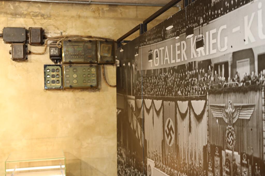 Ein großes Foto vom Berliner Sportpalast neben alten Stromverteilern