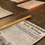 Vorderseite einer Zeitung liegt auf dem Redaktionstisch